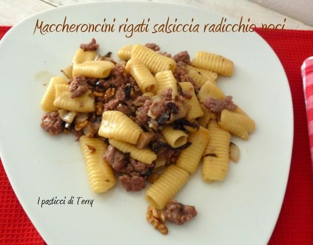 Maccheroni rigati salsiccia radicchio e noci (13)