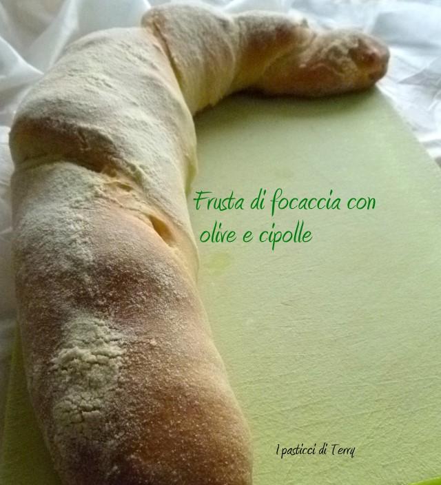 frusta-di-focaccia-con-olive-e-cipolle-7