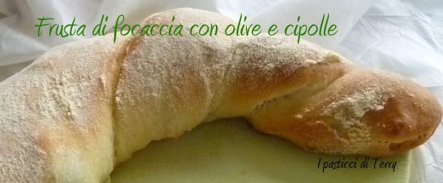 frusta-di-focaccia-con-olive-e-cipolle-9