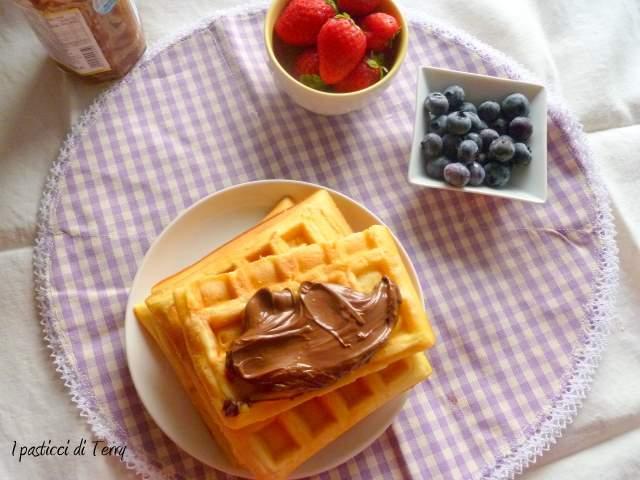 Waffle con frutta e crema di nocciole (1)