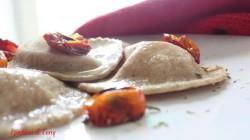 Ravioli al grano arso con stracciatella e pomodori confit (11)