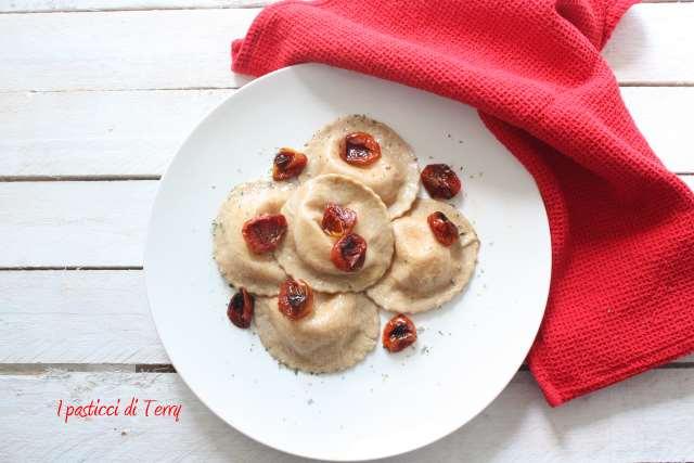 Ravioli al grano arso con stracciatella e pomodori confit (7)