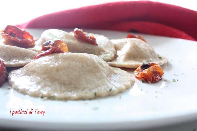 Ravioli al grano arso con stracciatella e pomodori confit (9)