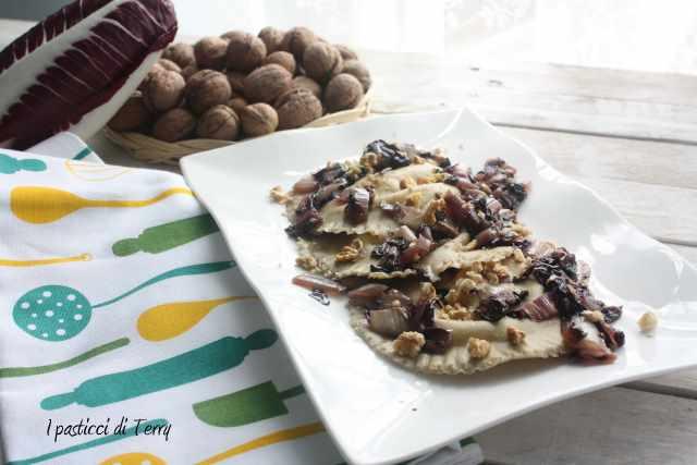 Cappelli di pasta ai formaggi con radicchio e noci (11)